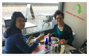 Jolanda Pikkaart en katinka Michiels werken aan structuur.