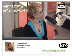 Jolanda Pikkaart met haar boek bij KRO Hemelbestormers