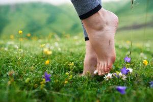 Met je blote voeten in het gras